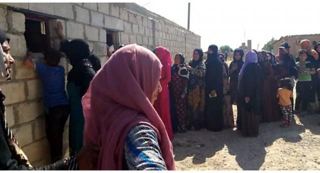 """لأنها مؤدلجة وتجافي العادات... سكان دير الزور يرفضون مناهج تنظيم """"قسد""""... صور"""