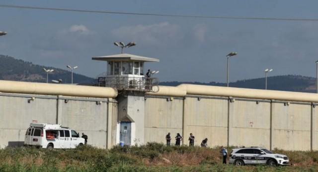 أنباء متداولة حول نقل الأسير الفلسطيني زكريا الزبيدي إلى العناية المركزة